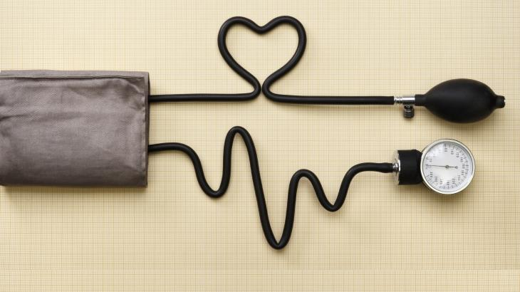 Qué causa la presión arterial alta y la temperatura alta
